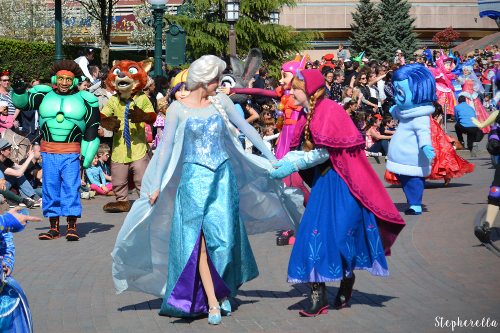 Elsa-And-Anna-Disneyland-Paris